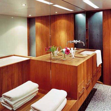 un bagno tutto in legno