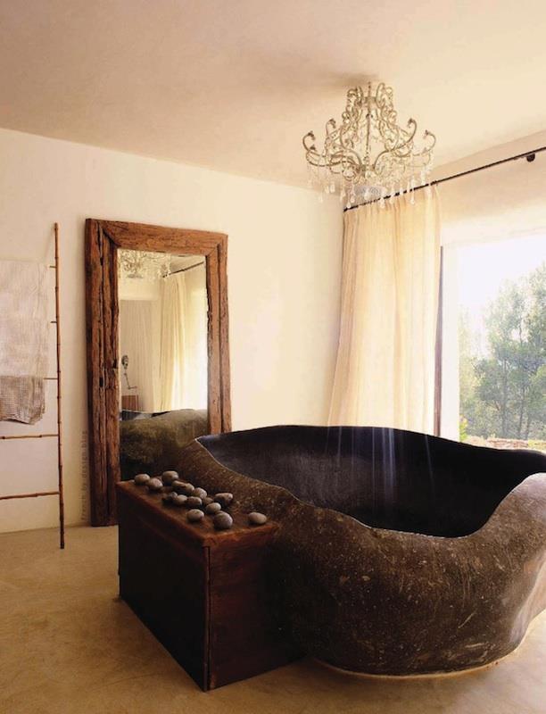Photo of Vasca da bagno in granito con doccia lampadario ad Ibiza