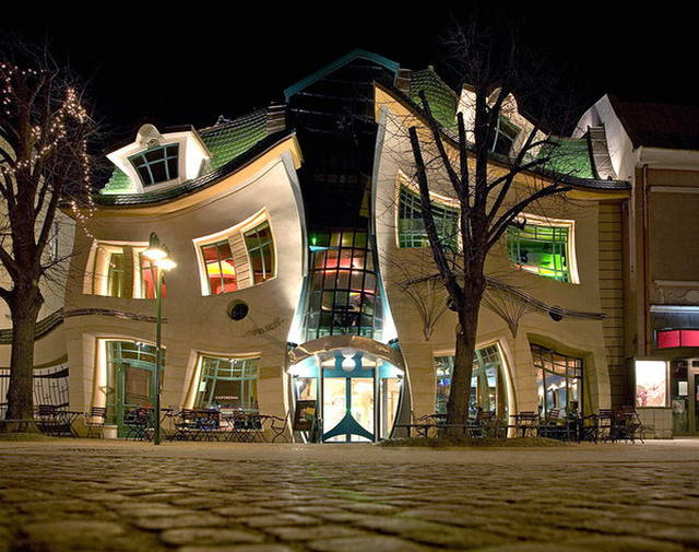 Photo of Le linee della Krzywy Domek, la casa ubriaca di Sopot in Polonia