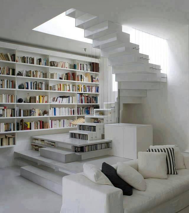 Photo of bella questa scala interna che è anche libreria