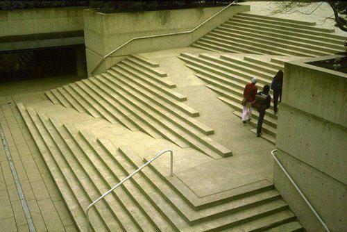 Photo of Esempio funzionale di architettura d'esterno: una scalinata che pensa ai disabili