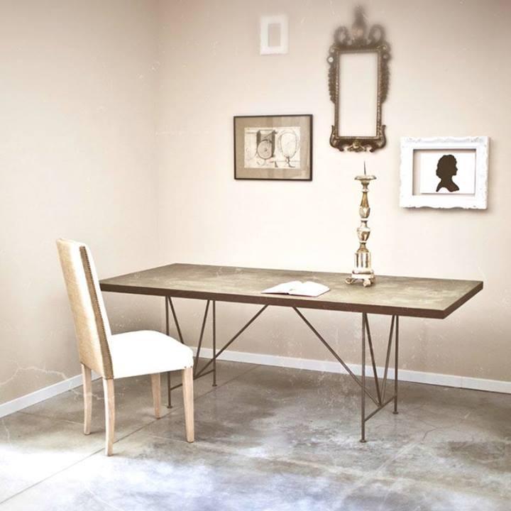 Photo of Il Tavolo Magma della Daphne in cemento e legno