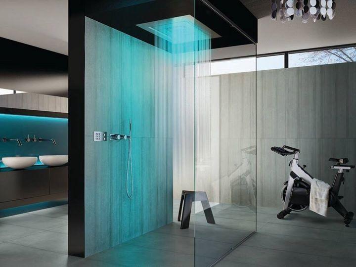 Angolo fitness in Bagno: splendido esempio di angolo palestra high tech in bagno