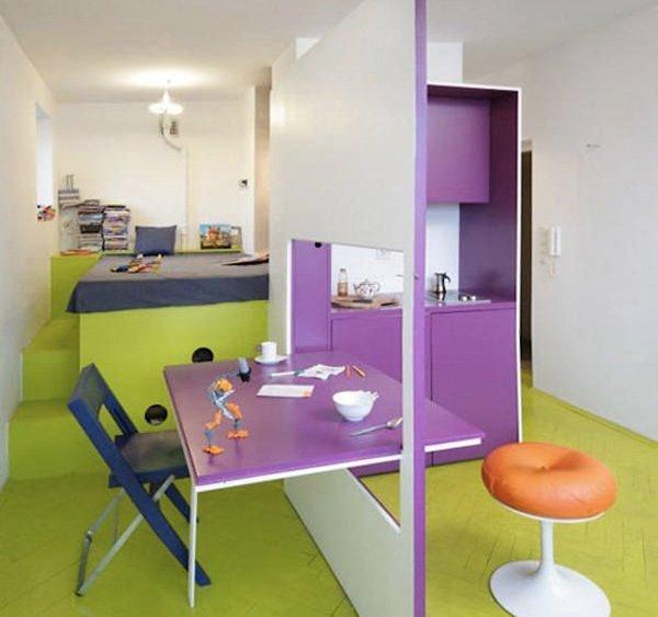 esempi di arredo per un monolocale: una parete divisoria molto versatile da usare come tavolino