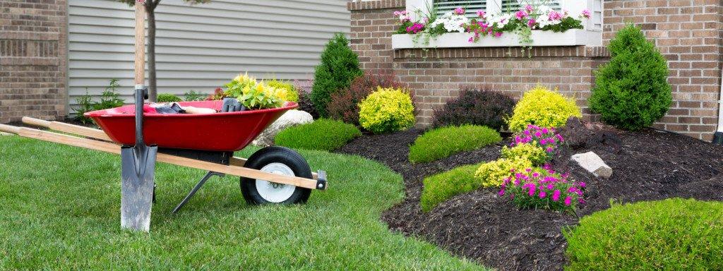 Come preparare il giardino per la primavera: bella la carriola come elemento di design per il vostro giardino