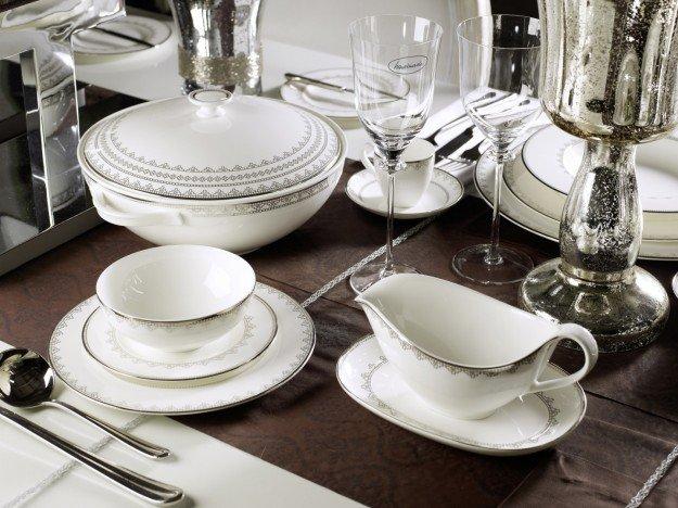 Come apparecchiare la tavola in stile classico: piatti morbidi, poco geometrici