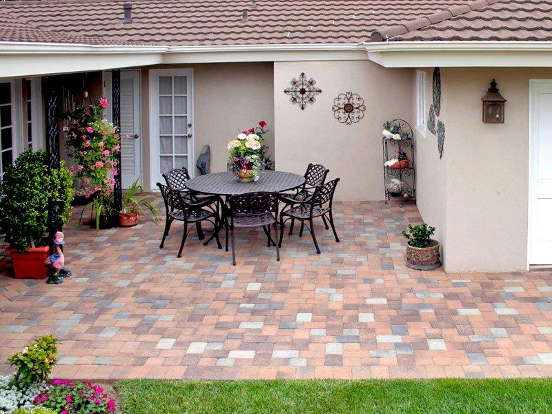 Come pulire terrazzo e giardino in estate