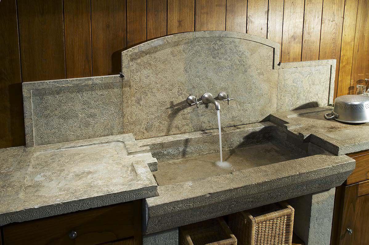 Lavabo in pietra in cucina una scelta di stile - Lavandino in pietra per esterno ...