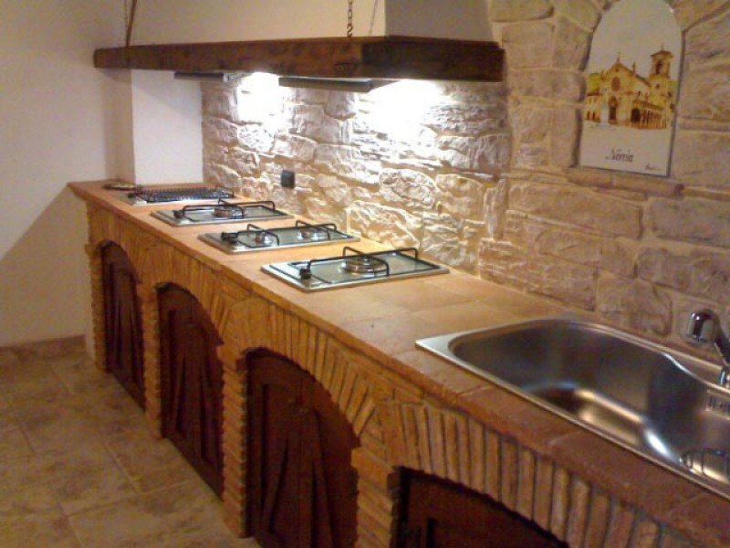 Cucine in muratura rustiche e moderne idee e suggerimenti designandmore arredare casa - Rivestimento cucina in muratura ...