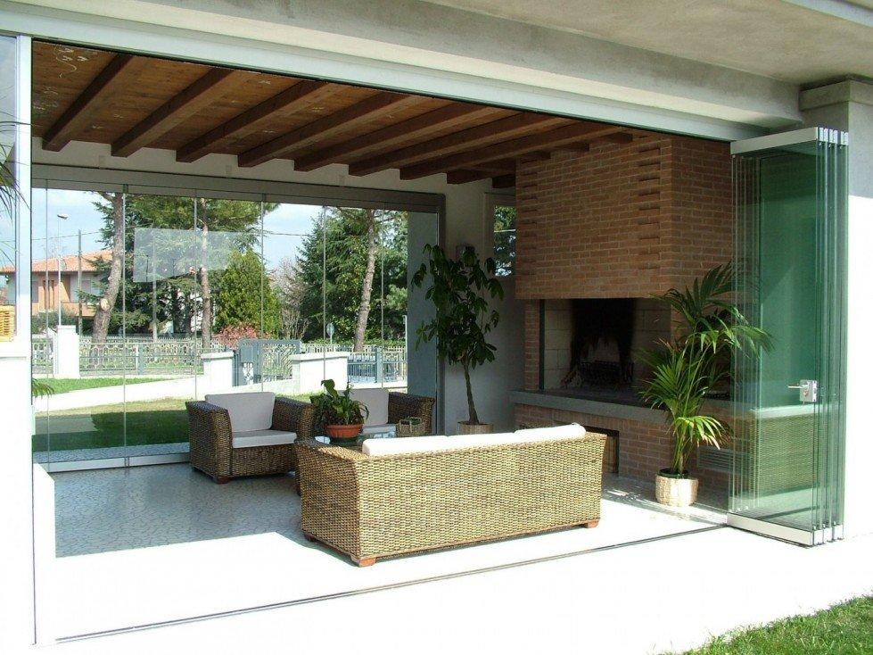 Verande chiuse in legno trendy arredare una veranda for Idee di veranda laterale