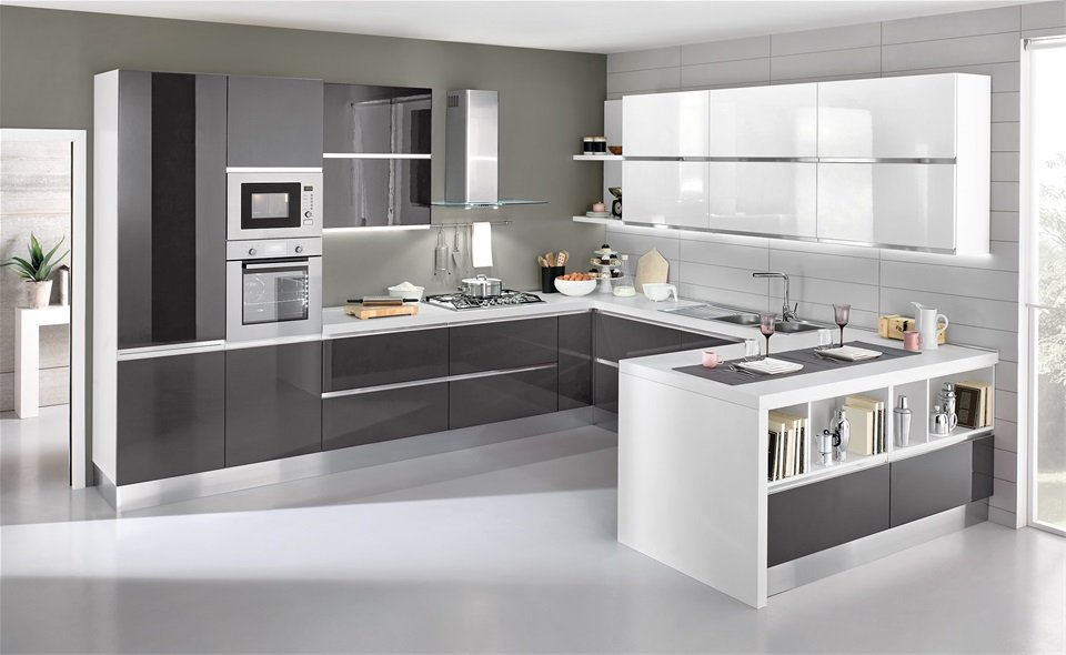 Bell'esempio di cucina grigia e bianca