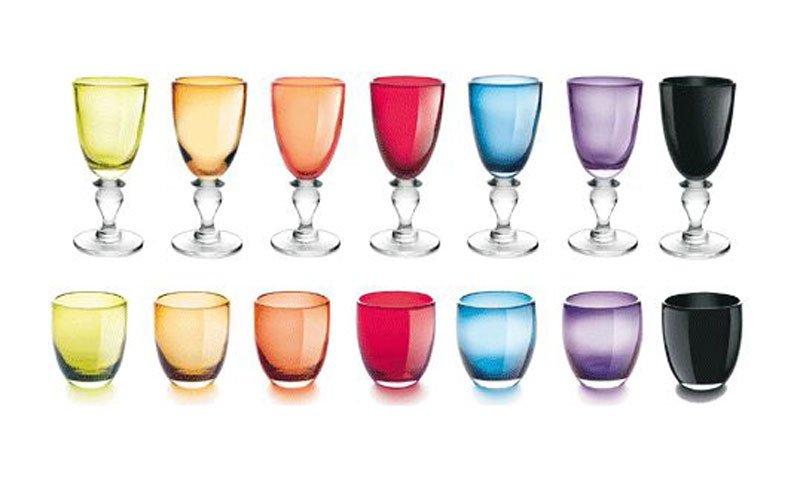 bicchieri colorati a tavola