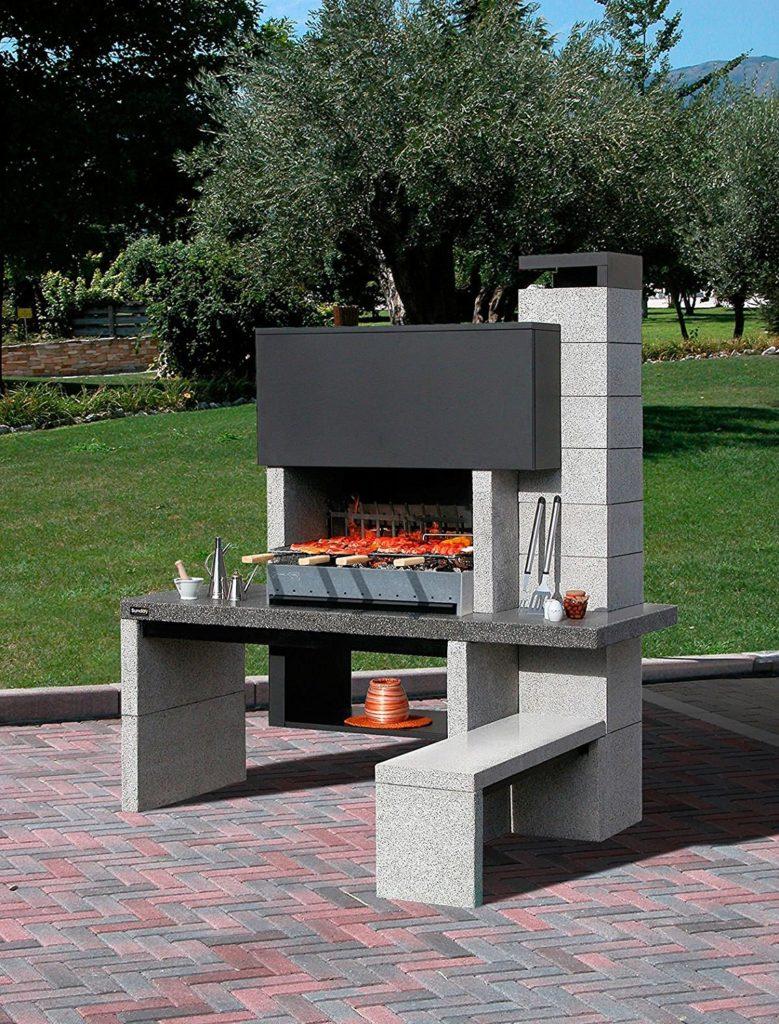 ampio barbecue in muratura