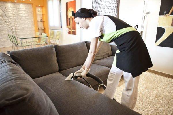 Come pulire i divani in microfibra
