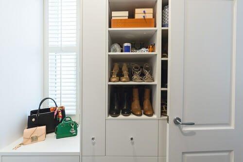 ripiano per riporre le borse in un armadio