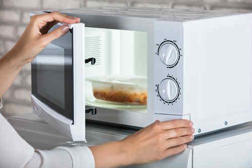 Come pulire il microonde in modo naturale ad esempio con - Forno tradizionale e microonde insieme ...