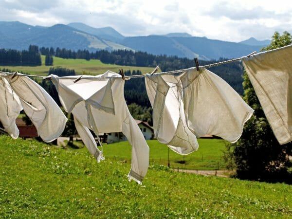 Come rimuovere le macchie di candeggina dai tessuti