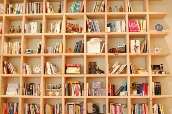 libreria a parete in legno